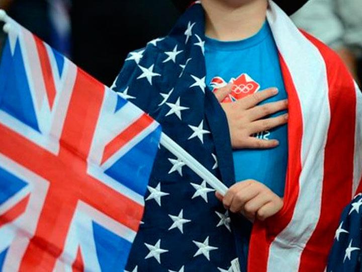 Ребенок в Британском и Американском флаге